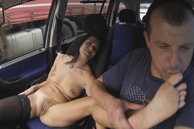 Billige Straßennutte beim perversen Zehen Sex im Auto mit einem Freier