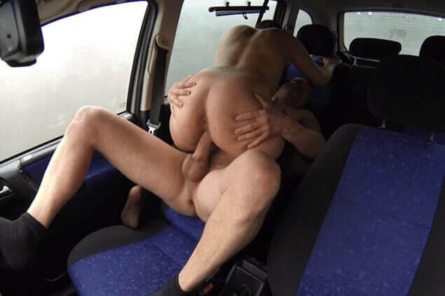 Günstige Straßenstrich Hure beim Quickie im Auto mit einem Sexkunden