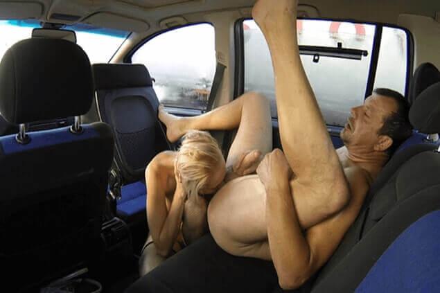 Privates Sexfoto zeigt perversen Nuttensex im Auto mit tabulosem Rimjob