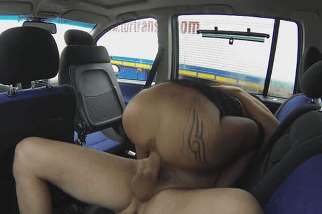 Schwanzgeile Parkplatz Schlampe lässt ihre Fotze ficken beim Quickie im Auto