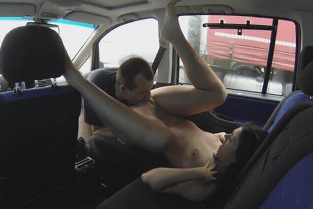 XXX Sexfoto zeigt günstige Studenten Schlampe beim Sex im Auto